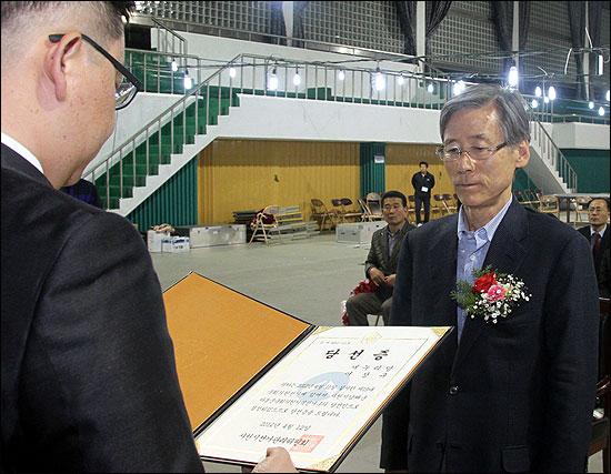 새누리당 여상규 당선자가 사천 선관위에게 당선증을 받는 모습.