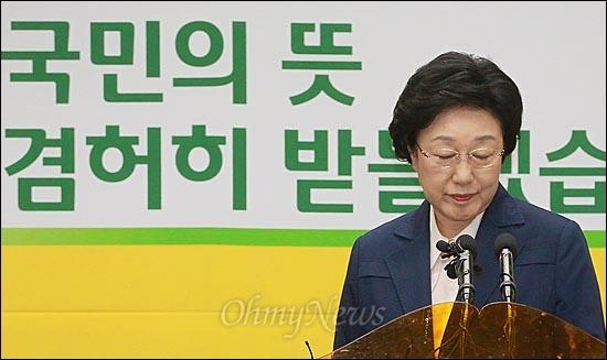 """한명숙 민주통합당 대표가 13일 오후 서울 영등포구 민주통합당 당사에서 기자회견을 열고 """"새로운 변화를 향한 국민의 열망을 제대로 받들지 못한 것에 대해 무한책임을 지고 대표직에서 물러나겠다""""고 사퇴 의사를 밝힌 뒤 회견장을 나서고 있다."""