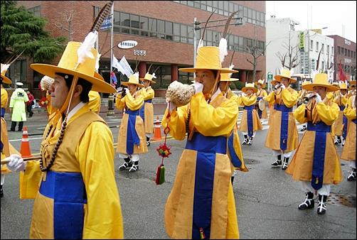 김천시청 취타대의 거리 행진 모습.