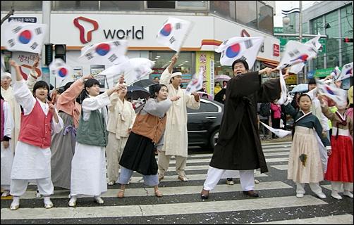 조선 백성과 어린이로 분장한 근대역사 재현팀이 퍼포먼스를 펼치고 있다.