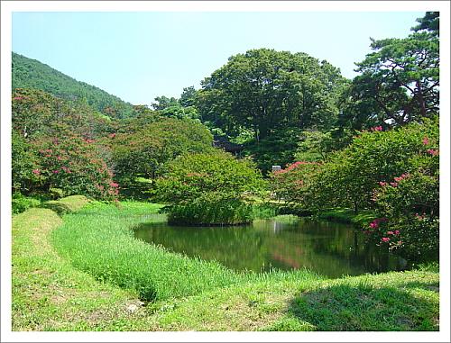 명옥헌원림 산에서 출발한 물길을 살려 연못을 만들고 원림의 규모에 맞게 아담한 정자를 배치하였다