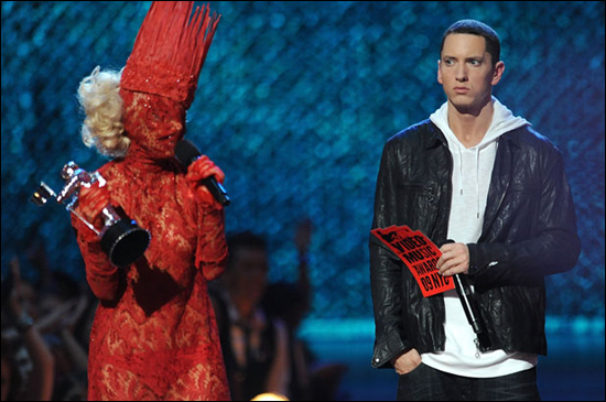 2009년 MTV 비디오 뮤직 어워드에 빨간 망사 패션으로 참석한 레이디가가와 에미넴