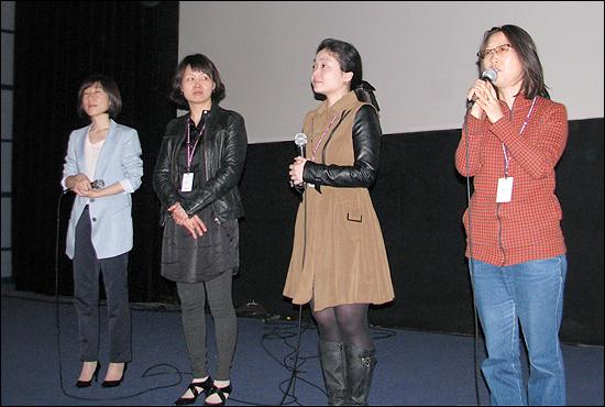 영화 상영 후 관객과의 대화를 나누고 있는 감독들. 맨 우측부터 이수정 박성미 심혜정 감독 홍소인 프로그래머