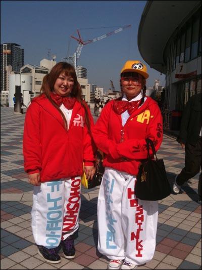 일본 오사카 교세라돔에서 21일~23일 열린 콘서트 '동방신기 LIVE TOUR 2012~TONE~'을 찾은 일본 팬들이 동방신기 멤버들의 이름이 쓰인 옷을 입고 있다.