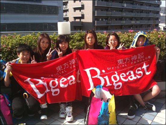 일본 오사카 교세라돔에서 21일~23일 열린 콘서트 '동방신기 LIVE TOUR 2012~TONE~'을 찾은 일본 팬들이 오후 6시부터 시작될 공연을 기다리고 있다.