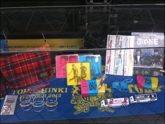 일본 오사카 교세라돔에서 21일~23일 열린 콘서트 '동방신기 LIVE TOUR 2012~TONE~' 공연장에서 살 수 있는 동방신기 관련 물품들