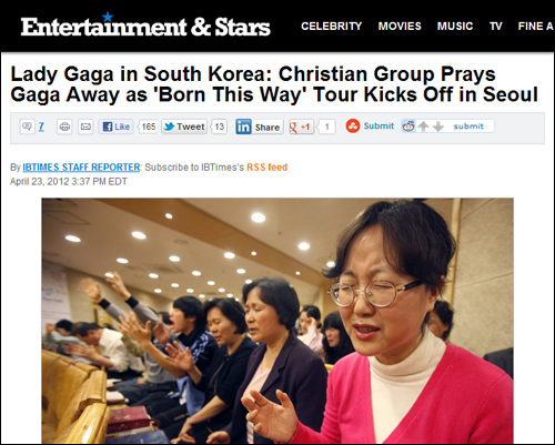 한국교회가 레이디 가가의 내한공연에 완강히 반대하고 나섰다. 전국 교회에서 공연취소를 위한 기도회가 열리고 있다. 사진은 <인터내셔널비지니스타임스>에 보도된 한국교인들의 통성기도 모습.
