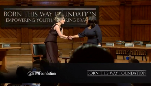 레이디 가가는 세계적으로 이름 높은 자선가다. 그녀는 '다름을 상호존중하는 공동체를 만들겠다'는 취지로 재단을 출범했다. 행사현장에서 오프라 윈프리의 소개를 받은 후 서로 인사를 나누고 있다.