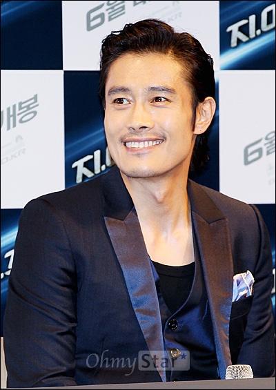 25일 오전 서울 압구정 CGV에서 열린 영화 <지.아이.조2> 프레스데이에서 스톰 쉐도우 역의 배우 이병헌이 미소짓고 있다.