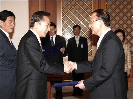 지난 2008년 3월 이명박 대통령이 최시중 위원장에게 임명장을 수여하고 있다.