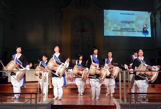 에모리 사물놀이팀 '궁'의 공연 모습.