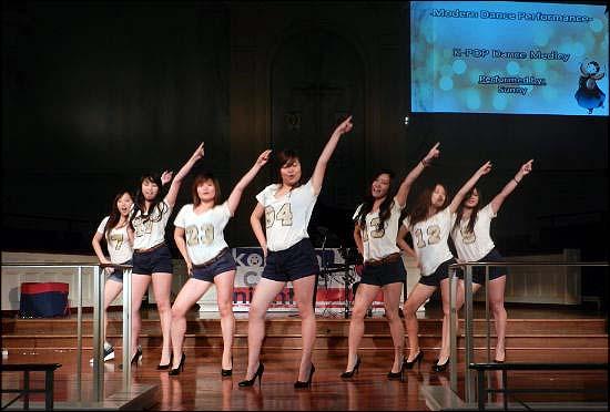전원 1학년 여학생으로 구성된 여성 댄스그룹 '써니'.