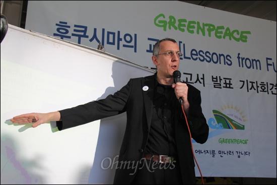 체르노빌 원전사고 26주년인 26일 그린피스는 부산에 정박중인 에스페란자호에서 '후쿠시마의 교훈(Lessons from Fukushima)' 보고서의 국제판, 한국판 발표 기자회견을 가졌다. 사진은 그린피스의 에너지 전문 캠페이너이자 후쿠시마 현지에서 직접 방사능 조사팀을 이끈 얀 반데 푸트(Jan Vande Putte)씨가 설명하는 모습.