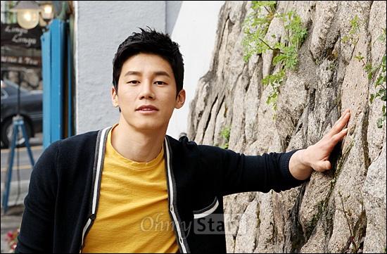 영화<은교>에서 서지우 역의 배무 김무열이 23일 오후 서울 삼청동의 한 카페에서 오마이스타와 인터뷰를 마친 뒤 포즈를 취하고 있다.