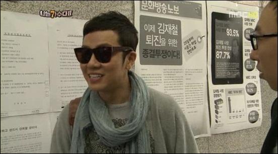<나는 가수다2>에 출연하는 정엽, 그 뒤로 보이는 MBC 파업 노보