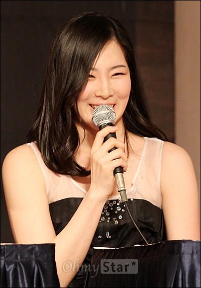 30일 정오 서울 장충동의 한 호텔에서 열린 MBC예능 <댄싱 위드 더 스타2>제작발표회에서 체조선수 신수지가 질문에 답하며 웃고 있다.