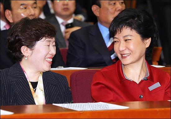 30일 국회 헌정기념관에서 열린 새누리당 19대 국회의원 당선자 '국민행복 실천 다짐대회'에 참석한 박근혜 비대위원장이 민병주 당선자와 얘기나누며 활짝 웃고 있다.