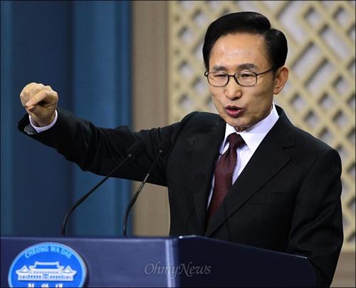 이명박 대통령이 2월 22일 오전 청와대 춘추관에서 취임 4주년을 맞아 내외신 기자회견을 하던 중 물을 마시고 있다.