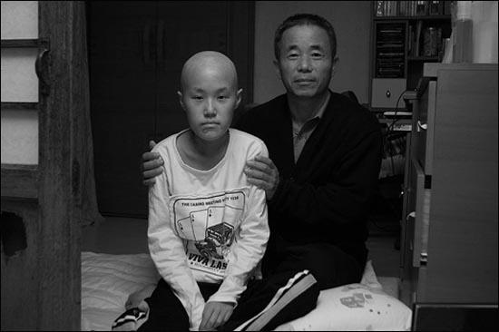 삼성반도체 공장에서 근무하다 2007년 급성 백혈병으로 사망한 황유미(왼쪽)와 아버지 황상기(오른쪽). 김수박 작가의 <사람 냄새>는 황상기씨를 주인공으로 산업재해로 인정받기 위한 그의 투쟁 과정을 담았다.