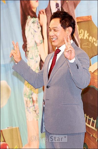 2일 오후 서울 논현동의 한 호텔에서 열린 KBS 1TV 저녁일일극 <별도달도 따줄게> 제작발표회에서 해병대 직업군인 출신인 서진우 아버지 서만호 역의 배우 김영철이 브이자를 그려보이며 포즈를 취하고 있다.