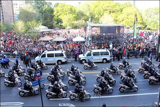 지난 1일 오후(현지시간) 미국 뉴욕 맨해튼 유니온스퀘어에서 열린 메이데이 행사 모습. 월가 점거 시위대, 노조, 이민자단체 등 수천명의 시위대가 몰려든 가운데, 오토바이를 탄 뉴욕경찰들이 주변을 감싸고 있다.