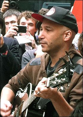 세계적인 기타리스트 톰 모렐리가 지난해 가을 월스트리트 점거 운동이 벌어진 뉴욕 맨해튼 리버럴스퀘어(주코티공원)에서 공연을 하는 모습.