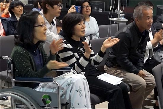후원음악회에 참석한 한혜경(맨 왼쪽)씨가 박수치며 노래를 같이 부르고 있다.