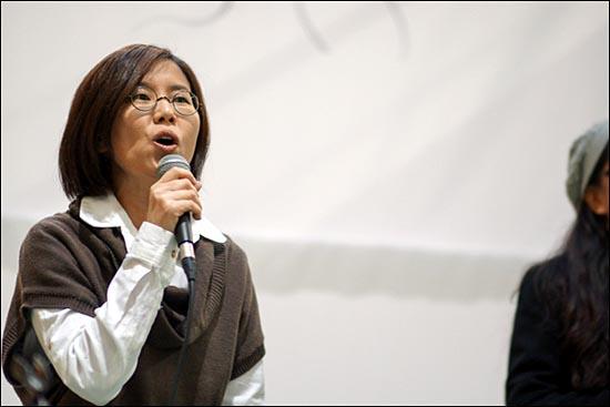 4월 27일 삼성직업병피해자 한혜경 후원음악회에서 다름아름이 노래를 부르고 있다. 다름아름은 2011년 연극 '반도체 소녀' OST작업에도 참여했다.