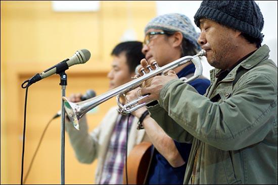 노동가요 작곡가이면서 음악감독인 김호철, 노동가수 박준, 산업재해노동자협의회 사무국장 양삼봉 씨가 함께 무대를 만들었다.