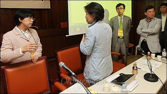4일 오후 서울 여의도 국회도서관 회의실에서 열린 '통합진보당 전국운영위원회'에 방청하러 온 당원들이 회의 진행을 방해하자, 이정희 공동대표가 잠시 정회를 선언한 뒤 심상정 공동대표와 회의 진행에 대해 이야기를 나누고 있다.