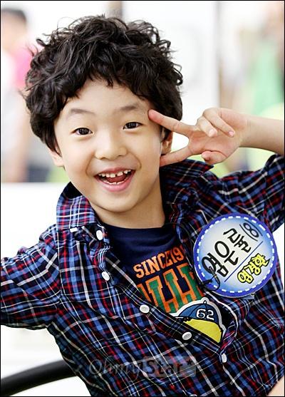4일 오후 일산 SBS탄현제작센터에서 진행된 <스타주니어쇼 붕어빵> 녹화현장에서 개그맨 염경환의 아들 염은률(8세)군이 브이자를 그려보이며 웃고 있다.