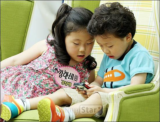 4일 오후 일산 SBS탄현제작센터에서 진행된 <스타주니어쇼 붕어빵> 녹화현장에서 개그맨 강성범의 딸인 강한비(8세)양과 아들인 강한결(6세)군이 대기실에서 휴식을 취하며 스마트폰을 가지고 놀고 있다.