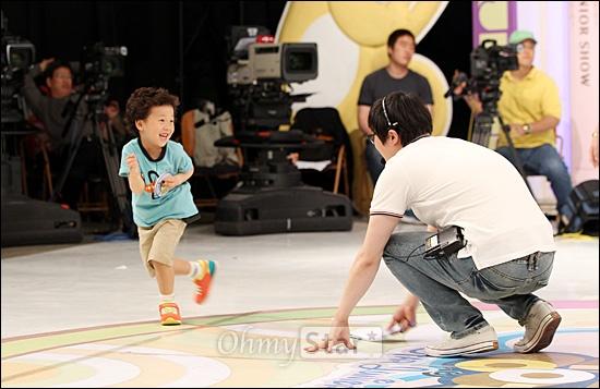 4일 오후 일산 SBS탄현제작센터에서 진행된 <스타주니어쇼 붕어빵> 녹화현장에서 개그맨 강성범의 아들인 강한결(6세)군이 뛰어다니며 장난을 치고 있다.