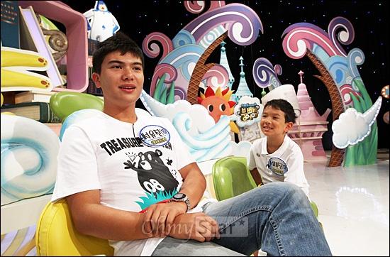 4일 오후 일산 SBS탄현제작센터에서 진행된 SBS 예능 프로그램 <스타주니어쇼 붕어빵> 녹화현장에서 이다도시의 아들 서유진(16세)군과 서태진(10세)군이 오마이스타와 인터뷰를 하고 있다.