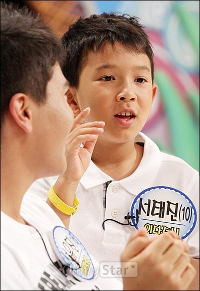 4일 오후 일산 SBS탄현제작센터에서 진행된 SBS 예능 프로그램 <스타주니어쇼 붕어빵> 녹화현장에서 이다도시의 아들 서태진(10세)군이 오마이스타와 인터뷰를 하고 있다.