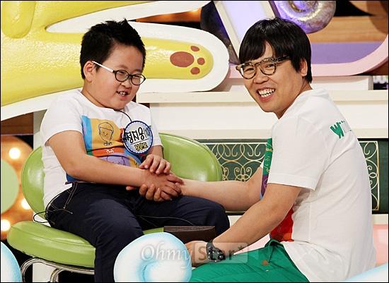 4일 오후 일산 SBS탄현제작센터에서 진행된 SBS 예능 프로그램 <스타주니어쇼 붕어빵> 녹화현장에서 배우 정은표가 아들인 정지웅(10세)군과 이야기를 나누며 웃고 있다.