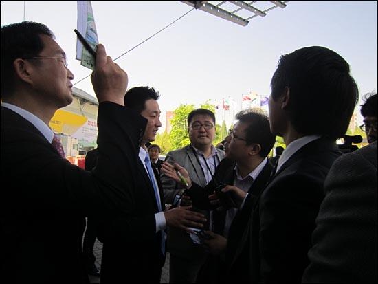 4일 오전, <뉴스타파>취재팀은 서규용 농림수산식품부 장관을 만나기 위해 대치동 서울국제무역전시장(SETEC)을 찾았다. 이날 오전에 SETEC에서 '2012 농촌귀촌 페스티벌'이 열렸고, 서 장관은 이 행사에서 축사를 했다.  박 중석 기자가 취재를 방해한 사설경비 업체 직원에게 항의하고 있다.