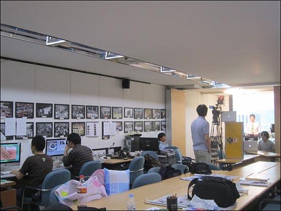 서울 중구 프레스센터 전국언론노조사무실 한 쪽 회의실이 뉴스타파의 사무실, 촬영 스튜디오이자 편집실이다. 노종면 전 YTN기자가 앵커멘트를 녹화 중일 때 한 쪽에서는 편집이 한창이다.