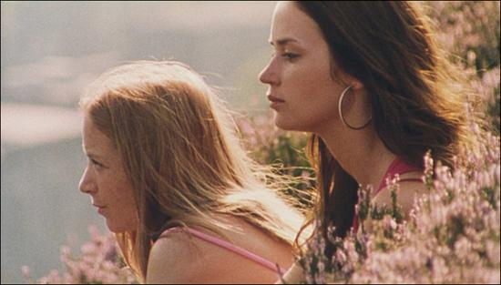 레즈비언 커플이라고 그들이 특별한 것은 아니다. 영화 <사랑이 찾아온 여름> 중 한 장면