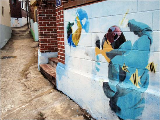 벽화 경남 거제 '구조라관광어촌정보화마을' 벽화. 동네 주민들이 자원봉사자들과 협조로 마을 안 골목길에 벽화를 그려 동화 속 세상으로 만들었다.