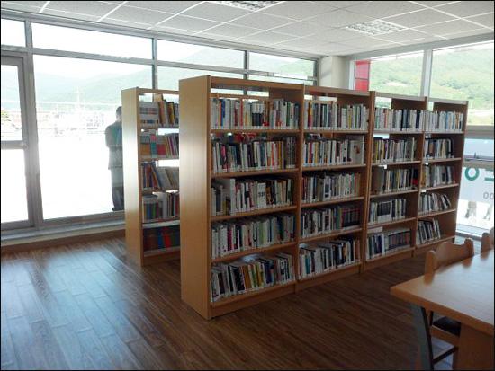 작은 도서관 지난 10월 문을 연 구조라복합문화센터 2층에 위치한 작은 도서관. 마을 어린이들과 주민들의 정서함양 공간으로 애용되고 있다.