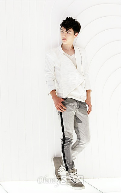 EXO-K가 7일 오후 서울 청담동 SM엔터테인먼트 사옥에서 오마이스타와 만났다. 인터뷰를 하기에 앞서 디오가 포즈를 취하고 있다.