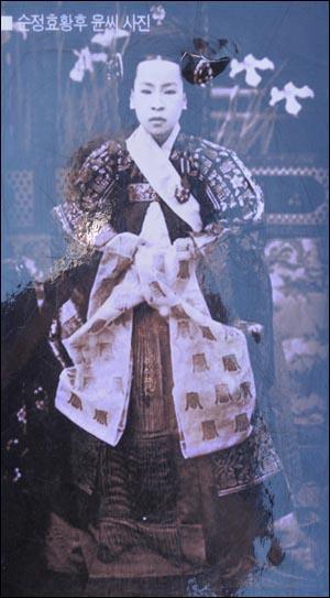 세자빈(황태자비) 출신인 순정효황후 윤씨, 순종황제의 부인이다. 서울 남산한옥마을에 전시된 사진이다.