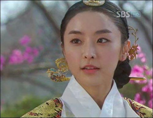 <옥탑방 왕세자>의 세자빈인 화용(정유미 분).