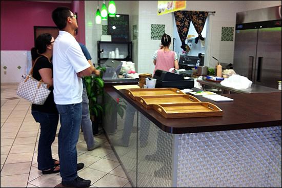 한국에 비하면 선택의 폭이 넓지 않지만 달라스에도 다채로운 한식당이 있다. 사진은 해리하인즈 지역의 한 분식집 모습.