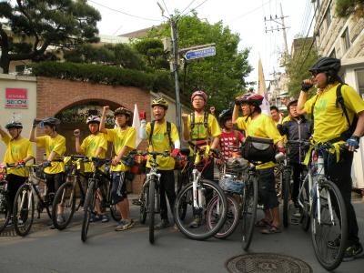 지난 10일 서울 성미산학교에서 자전거유랑단이 출범식을 갖고 한달 여의 긴 일정을 시작했다. 여러 언론사의 취재 열기가 뜨거웠다.