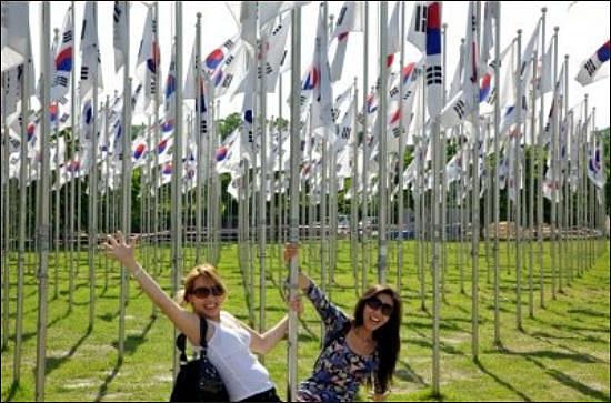 한국에 와서 천안독립기념관을 방문한 인카스 해외입양인들