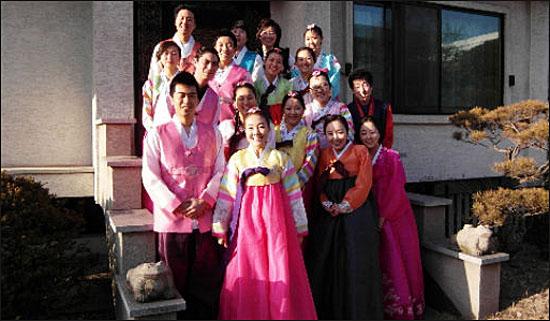 인카스를 찾은 해외입양인들이 설을 맞아 한복을 입고 미소 짓고 있다.