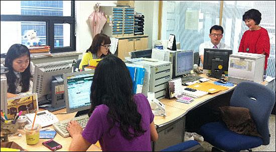 서울시 중구 소공동 인카스 사무실 내부. 정 회장과 3명의 직원, 인턴·자원봉사자들이 힘을 합쳐 일한다.