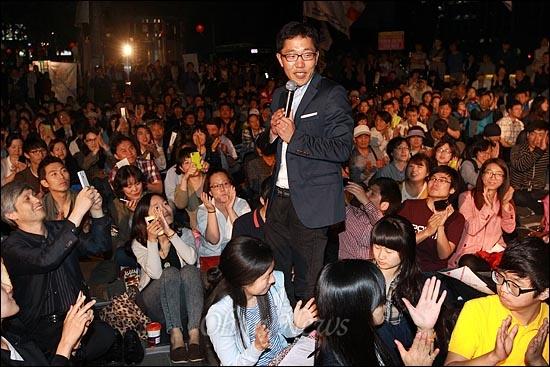 방송인 김제동이 11일 오후 서울 중구 대한문 앞에서 열린 '쌍용차 22명의 희생자를 위로하고 연대하는 <악! 樂> 문화제'에 참석해 시민들과 함께 이야기를 나누며 즐거운 시간을 보내고 있다.